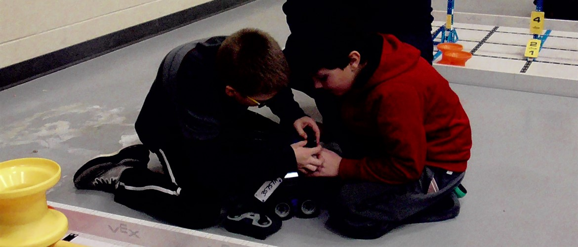 A WTE student helping another student from a different team.